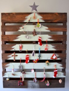 Ways to make your own christmas tree from pallet wood 27