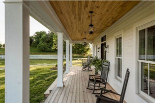Rustic farmhouse front porch decorating ideas 05