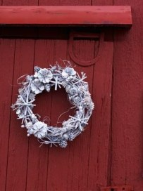 On a budget diy christmas wreath to deck out your door 04