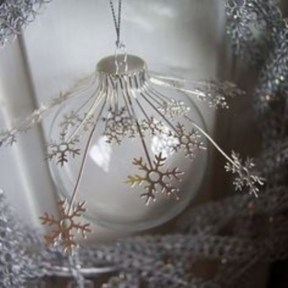 Ways to decorate your home with snowflakes and baubles 08
