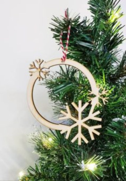 Ways to decorate your home with snowflakes and baubles 09