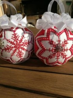 Ways to decorate your home with snowflakes and baubles 15