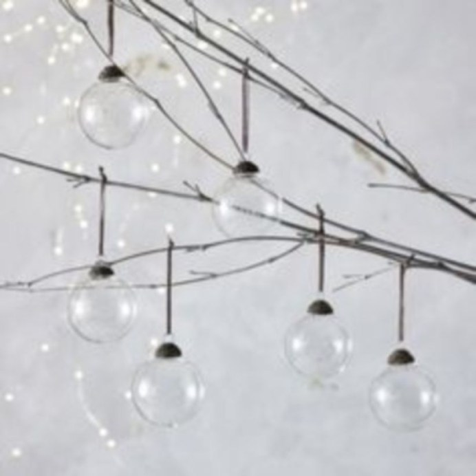 Ways to decorate your home with snowflakes and baubles 28