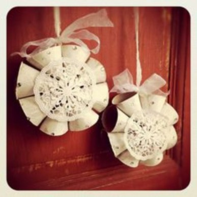 Ways to decorate your home with snowflakes and baubles 31