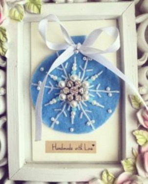 Ways to decorate your home with snowflakes and baubles 42