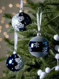 Ways to decorate your home with snowflakes and baubles 48