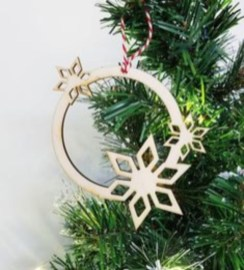 Ways to decorate your home with snowflakes and baubles 49