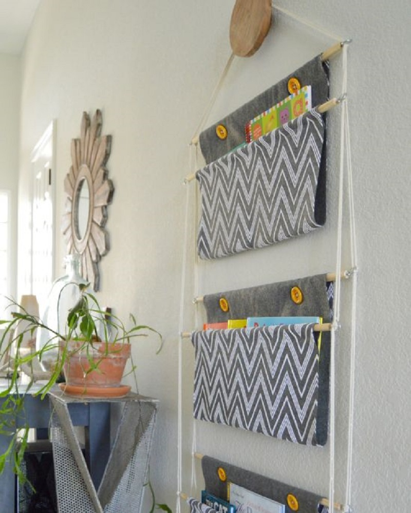 Hanging holder to keep books