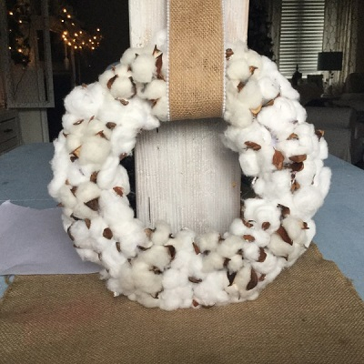 Diy cotton ball wreath with burlap mesh DIY Coziest Cotton Plant And Balls Crafts As Décor Items This Winter
