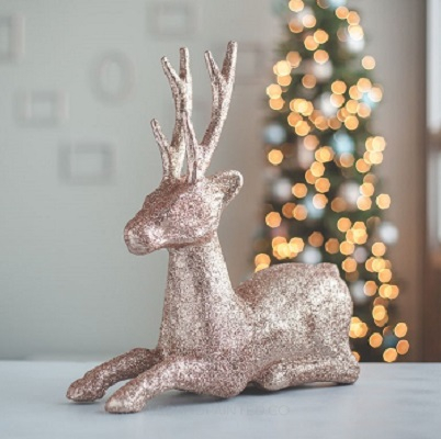 Diy rose gold glitter reindeer DIY Rose Gold Christmas Décor Projects To Bring Glam And Shine To Your Holidays