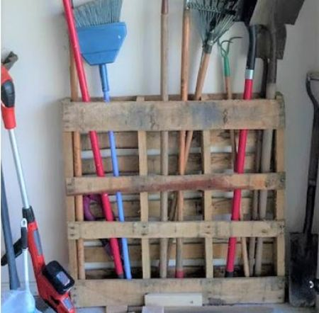 Garden tools station from wooden pallets
