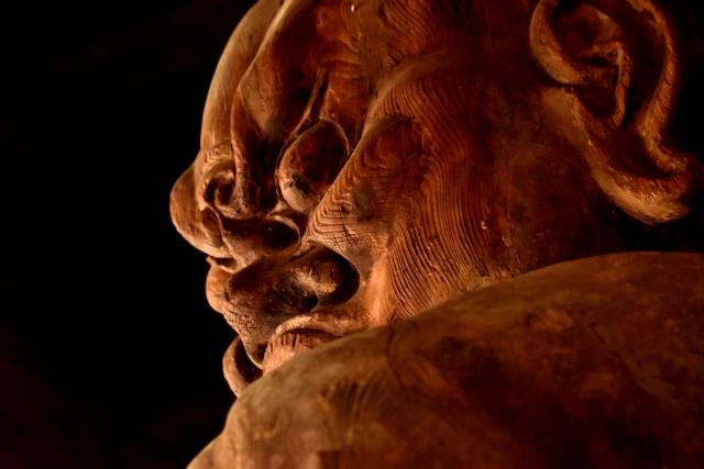 怒った顔をした金剛力士像