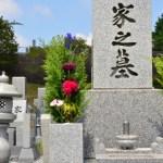 寺院にある灰色の家墓