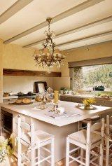 cocina_con_isla_en_color_blanco_y_lampara_de_lagrimas_861x1280