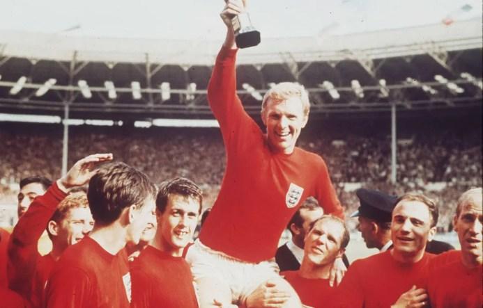 Les anglais soulèvent la coupe du monde après leur victoire finale.