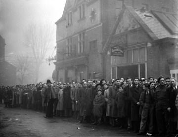 La foule attend de rentrer dans White Hart Lane pour assister à Arsenal - Dynamo Moscou