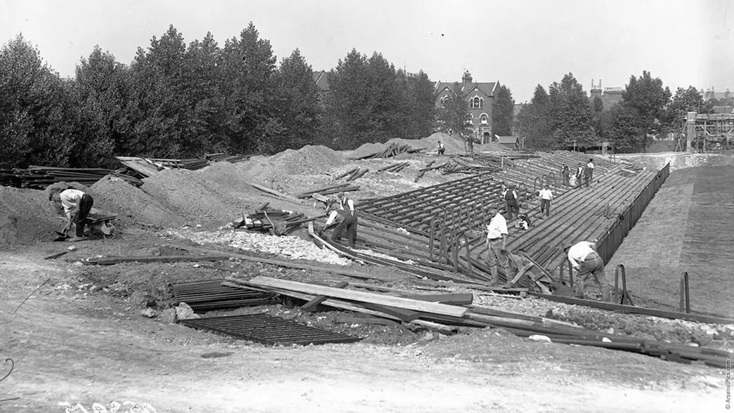La tribune Nord de Highbury lors de sa construction en 1913