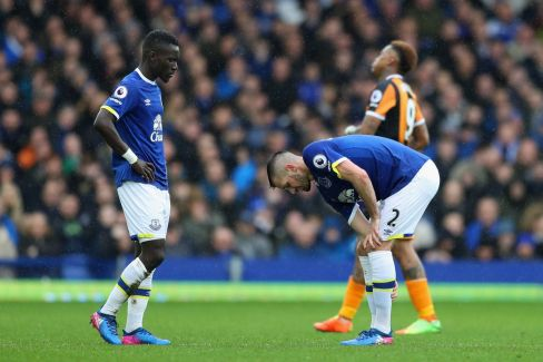 Schneiderlin remet ses chaussettes tandis que Gueye semble perdu.