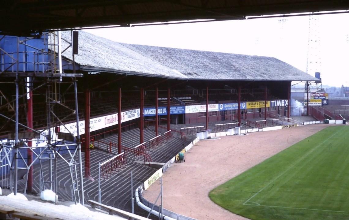 La Main Stand de Dens Park en 1981 sous sa version d'origine.