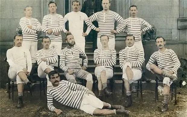 Le Darwen FC, en 1888-1889, avec Fergus Suter en bas, au premier plan