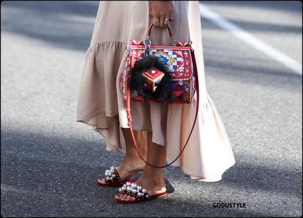 fashion-pool-slides-sandal-shoes-spring-summer-2021-trend-look7-street-style-moda-sandalias-godustyle