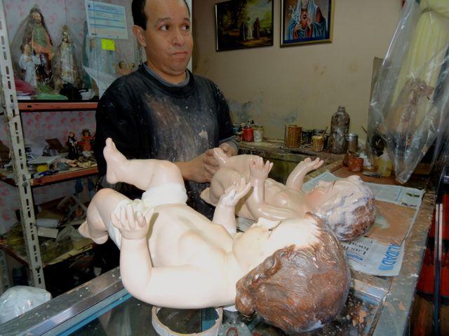 artist in Quito restores Baby Jesus dolls