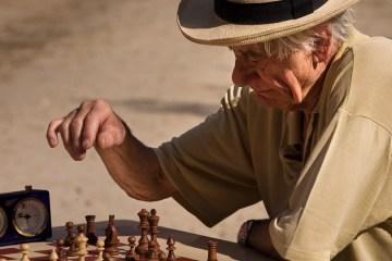 dementie-ouderen-schaken-leren