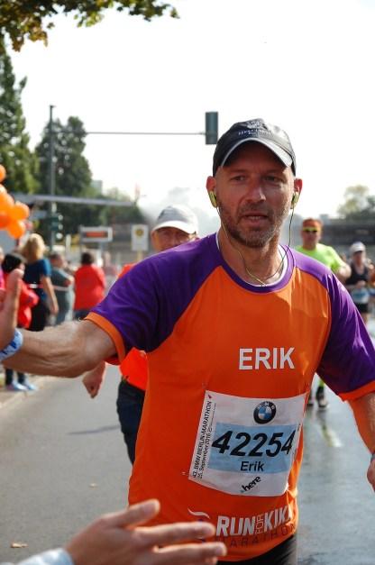 ErikRuns4KiKa in actie tijdens zijn marathon tegen kinderkanker in Berlijn