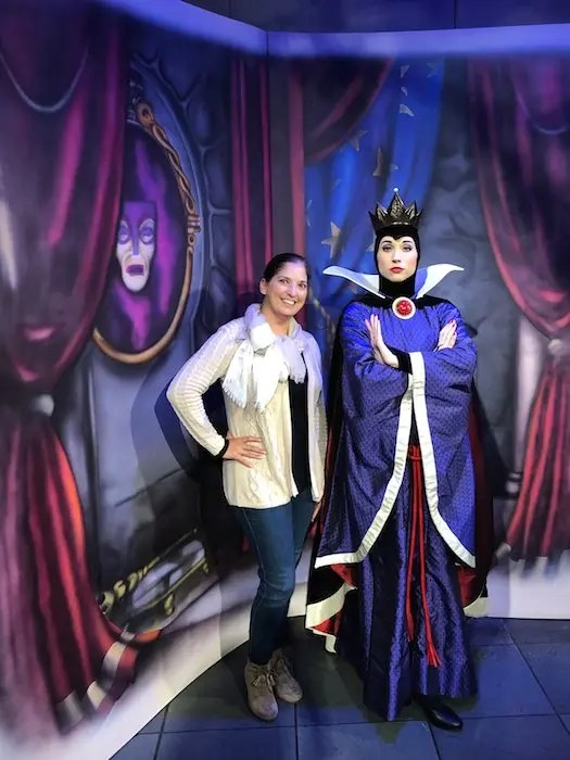 All the reasons you Must Do Disney Character Dining at Disney's Wilderness Lodge Artist Point. A delicious immersive experience into the enchanted world of Snow White perfect for families, foodies and adults on their own for the night.