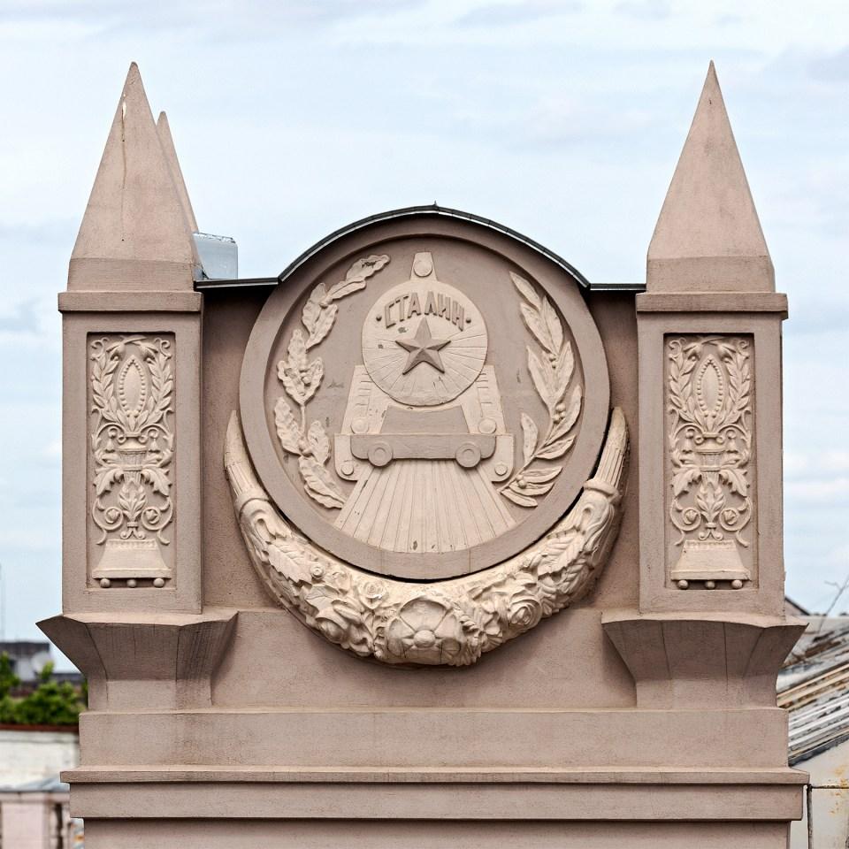 rekonstruierte Fassade mit der Darstellung einer Stalin-Lokomotive in Minsk