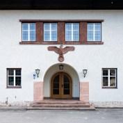 """Demokratisierter Reichsadler am Gebäude der ehemaligen """"kleinen"""" Reichskanzlei (Dienststelle Berchtesgaden); Bischofswiesen, März 2017"""