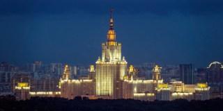 Hauptgebäude der Lomonossow-Universität in Moskau zur Blauen Stunde