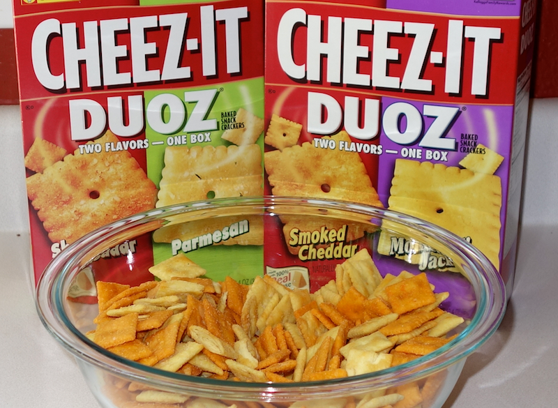 four flavors of cheez-it in one bowl