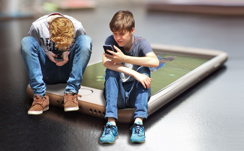 kids on smartphoness - pixabay