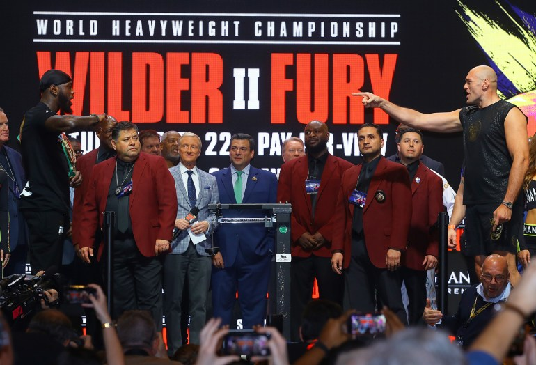 Deontay_Wilder_vs_Tyson_Fury_faceoff_pointing