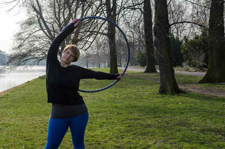 Hula-Hoop-Reifen Pose
