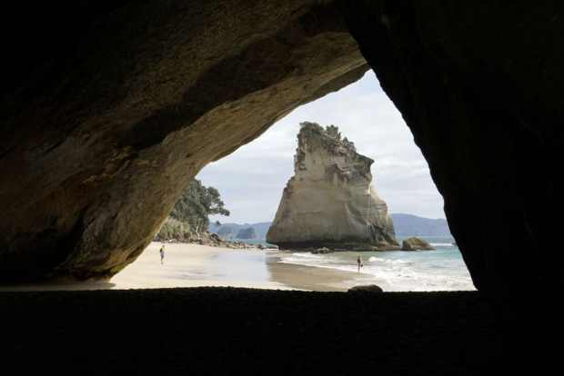 Durch die Cathedral Cave geht es zur Cathedral Cove