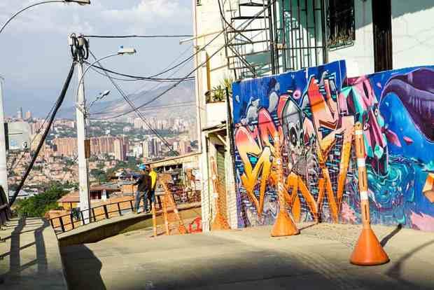 Straße in der Comuna 13 in Medellín