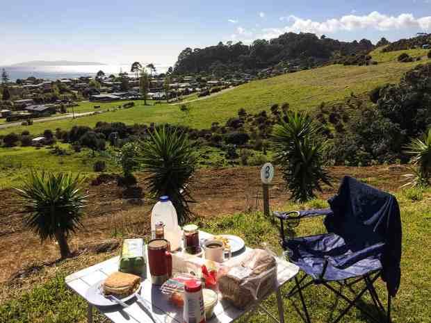 Frühstück mit bester Aussicht auf einem privaten Campingplatz auf Coromandel Peninsula