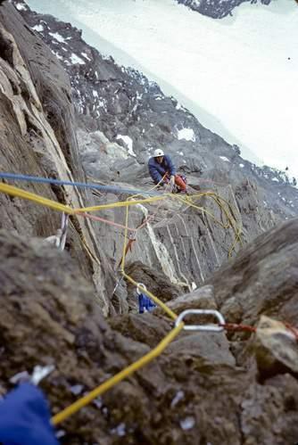La cordata di Michel Piola e Pierre-Alain Steiner impegnata nella prima ascensione alla via diretta del Naso di Zmutt (29 luglio-1 agosto 1981). Archivio Michel Piola.