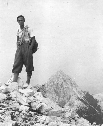 Fosco Maraini in cima al Monte Grondilice (Alpi Apuane)