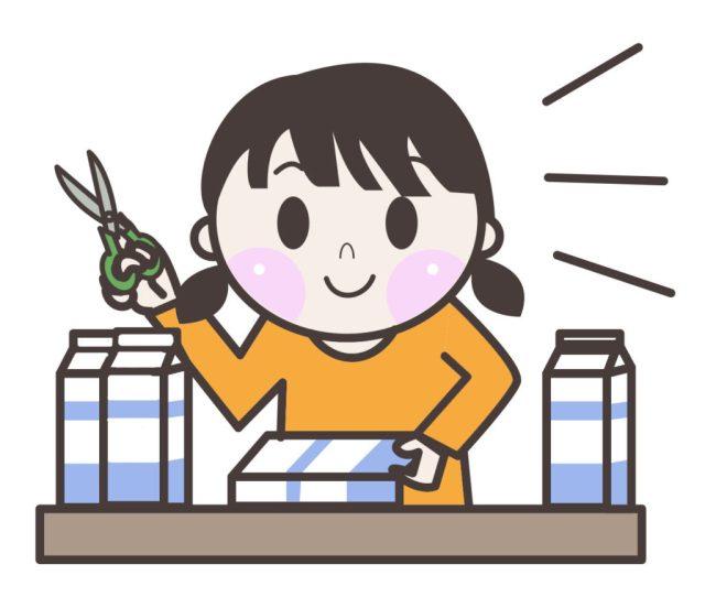 牛乳パックでおもちゃを作る女の子