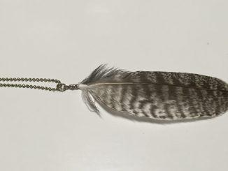 フクロウの羽根で作った羽根キーホルダー