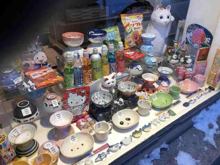 東京館のショーウィンドーには、たくさんの日本食品や雑貨が置かれていた