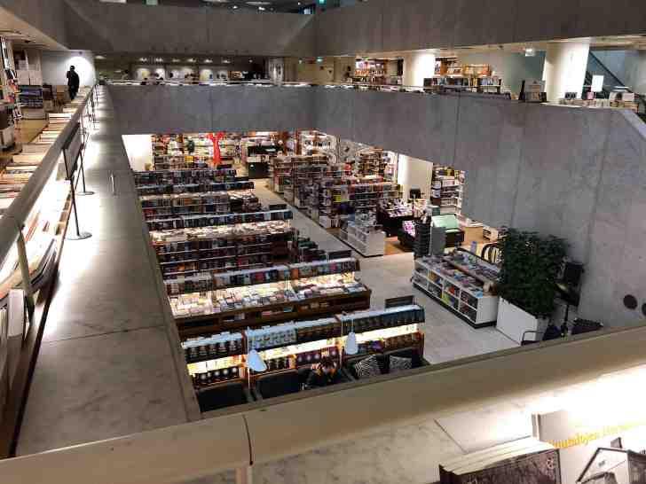 アカデミア書店の2階。奥に見えるのがアアルトカフェだ