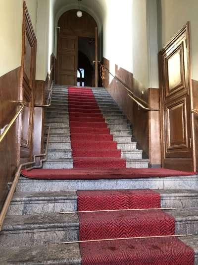 ウスペンスキー寺院の入り口。階段は聖堂へと続く