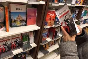 アカデミア書店の旅行本コーナー。日本に関するガイドブックもあった
