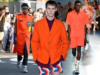 Shorts corto  e giacca arancione .