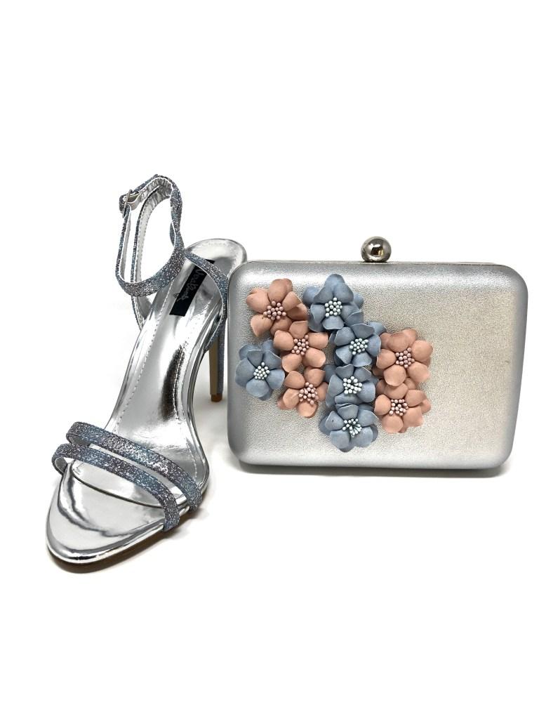Borsa argento abbinata alla scarpa e abito glitterato