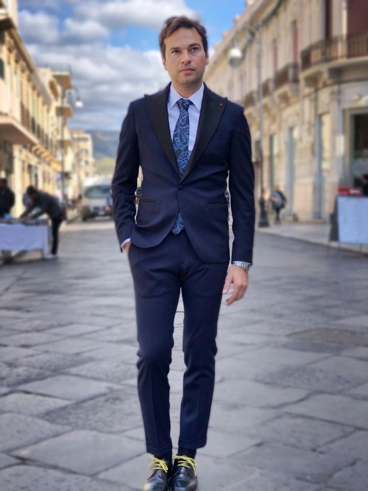 Abito elegante uomo e cravatta blu  disegno cachemire.